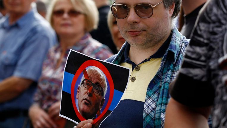 Protest in Warschau tegen EU-Commissaris Frans Timmermans. Beeld reuters