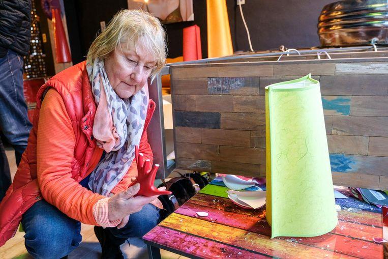 Frieda De Kerf meet de schade in haar meubelzaak op.