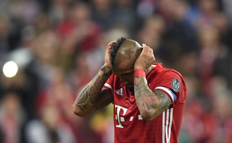 Arturo Vidal baalt na zijn gemiste penalty. Beeld null