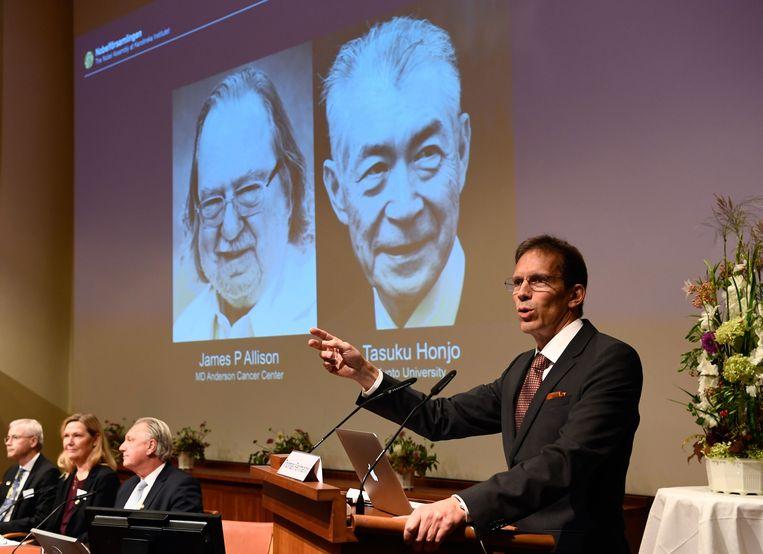 Secretaris van het Nobelcomité voor geneeskunde Thomas Perlmann maakt de winnaars bekend: de Amerikaan James P. Allison en de Japanner Tasuku Honjo behoren nu tot het befaamde rijtje Nobelprijswinnaars. Beeld AFP