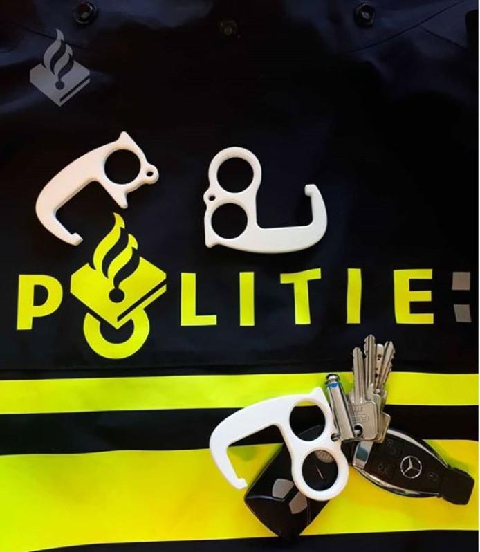 Speciale deuropeners voor de politie om zonder contact met de klink een deur te openen.