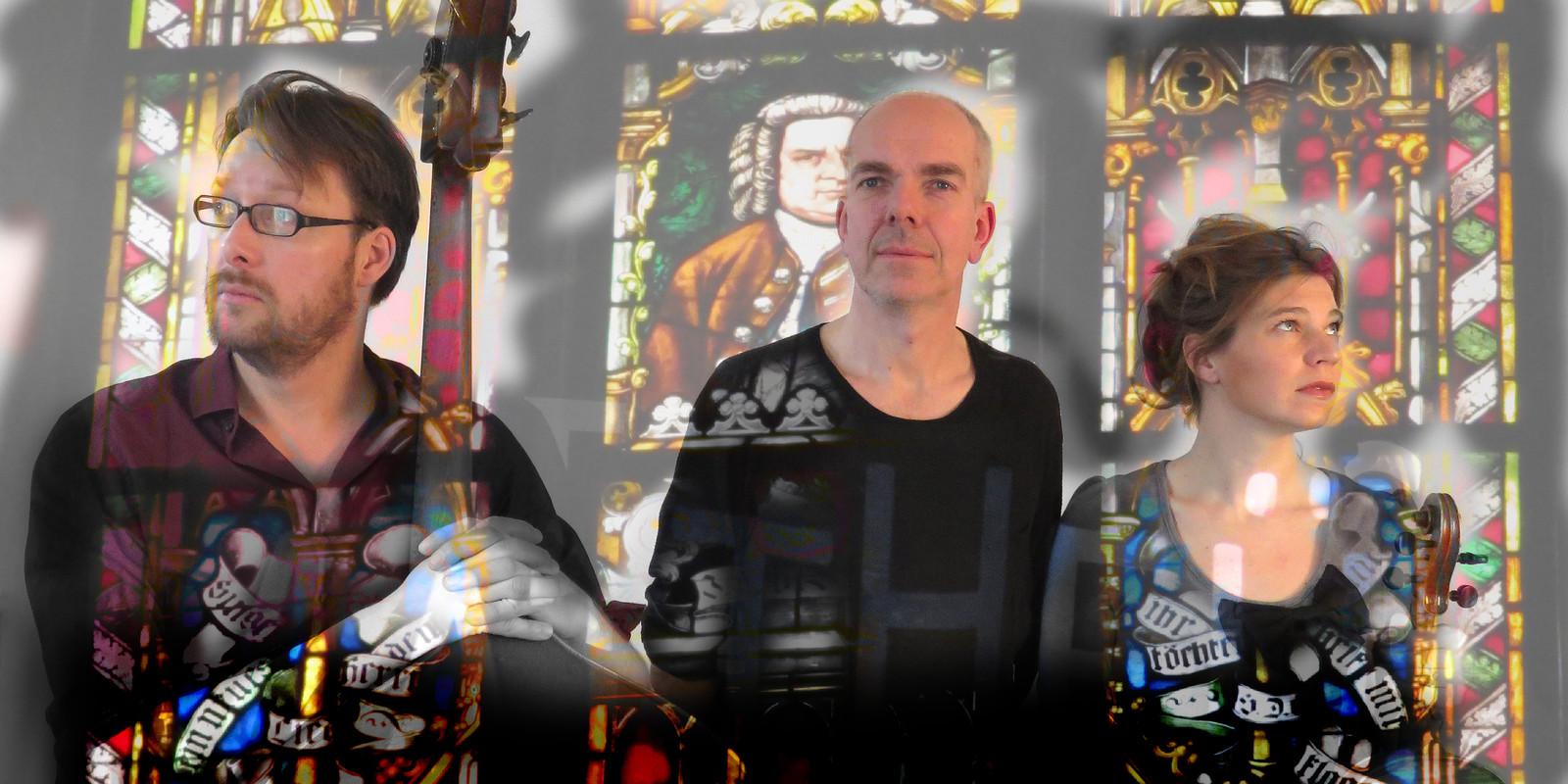 Mattheus volgens Henk van Barockpuppies, met  Marko Bonarius (contrabas) Henk Zwart (acteur/bas) en Saskia Meijs (altviool).