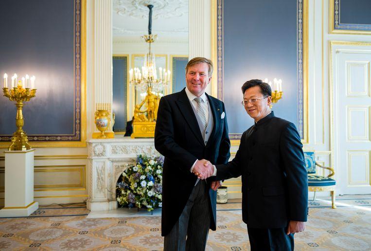 Koning Willem-Alexander ontvang Xu Hong, de ambassadeur van de Volksrepubliek China, Xu Hong. Beeld ANP