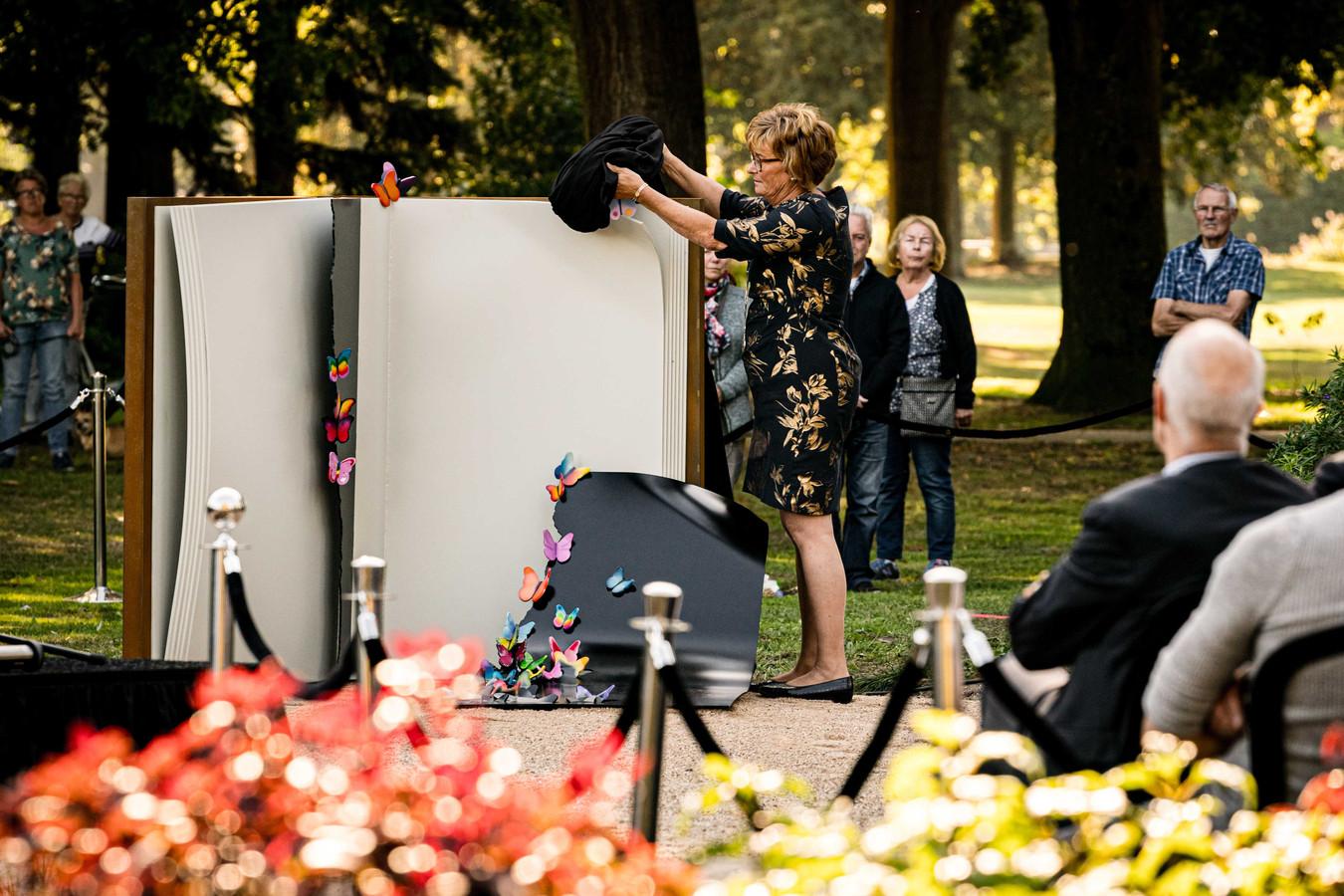 Burgemeester Wobine Buijs-Glaudemans van Oss onthult het herdenkingsmonument voor de kinderen.