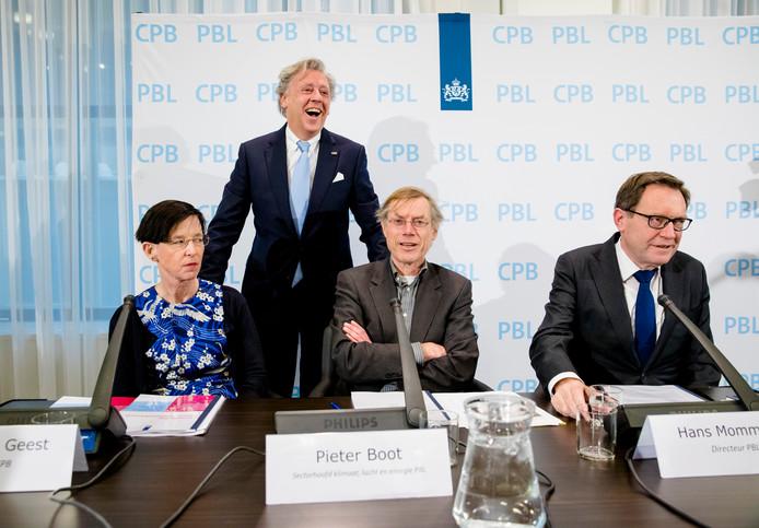 Voorzitter van de klimaattafels Ed Nijpels bij de presentatie van de doorrekening van de klimaatplannen. Met bij hem Laura van Geest (Centraal Planbureau), Pieter Boot (Planbureau voor de Leefomgeving) en Hans Hommaas (Planbureau voor de Leefomgeving).