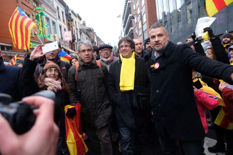 Ook Carles Puigdemont loopt met de betogers mee.