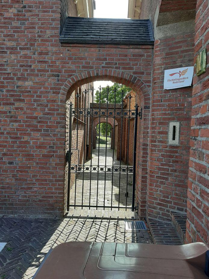 De toegangspoort tot de gemeentetuin, die grenst aan het Heereplein,  is na een reeks vernielingen en overlast in opdracht van de burgemeester gesloten.