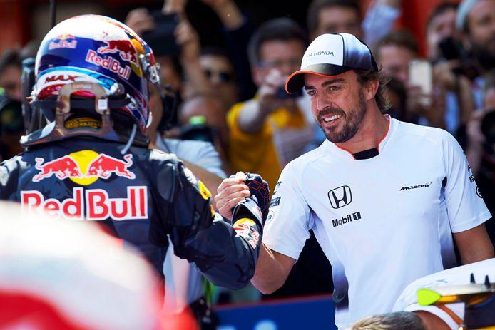 Max Verstappen wordt gefeliciteerd door Fernando Alonso.