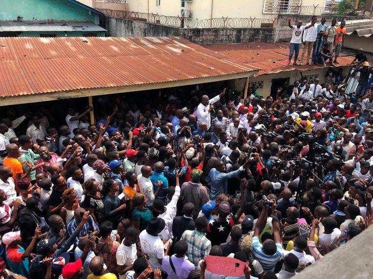 Oppositiekandidaat Martin Fayulu (in het wit) omringd door supporters.