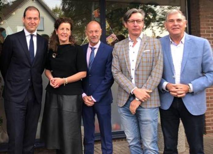 Vlnr: PvdA-fractievoorzitter Asscher;  minister van Engelshoven, dhr. Pruijn; directeur Dommeldal, wethouder Bosmans van Heeze-Leende; dhr. Pollmann; voorzitter Stichting Bibliotheek Heeze-LeendeL