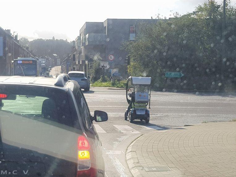De man hiel met zijn scootmobiel halt tot net voor de snelweg A8 in Halle.
