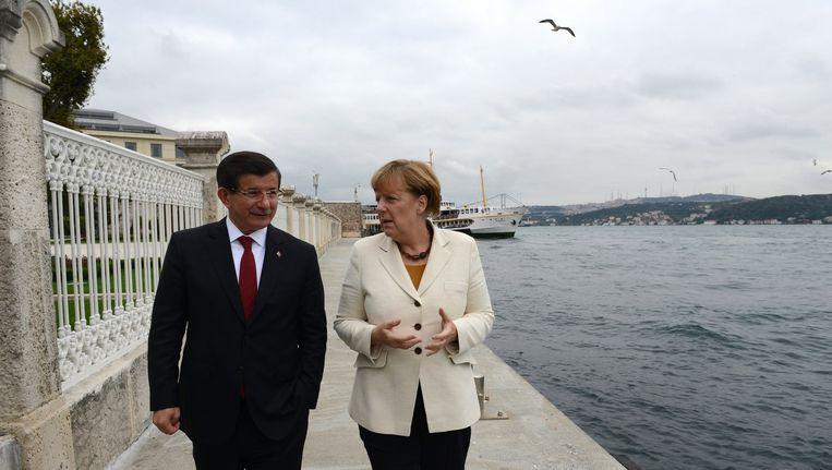Bondkanselier Angela Merkel spreekt in Istanbul met de Turkse premier Ahmet Davutoglu over de aanpak van de vluchtelingencrisis. Beeld afp