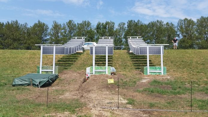De hangende zonnepanelen worden op de Knardijk in Zeewolde geïnstalleerd, eind deze week functioneren ze.