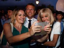 Bain de foule et selfies: la fin de vacances d'Emmanuel Macron