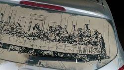 Kunstenaar tekent indrukwekkende replica op autoruit