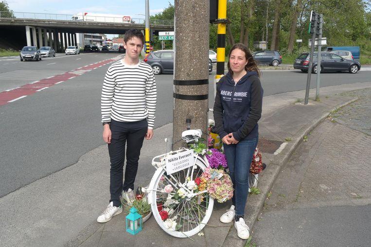 Chiel (links) en Noa, vrienden van Nikita, bij de aangereden fiets.