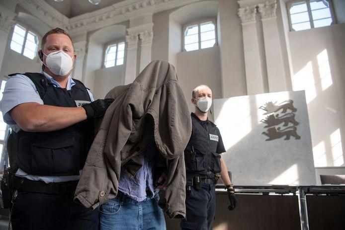 Leden van de parketpolitie begeleiden Adrian S. naar zijn zitplaats op de dag van de uitspraak tegen hem, vandaag in de regionale rechtbank in Ellwangen in het zuidwesten van Duitsland.