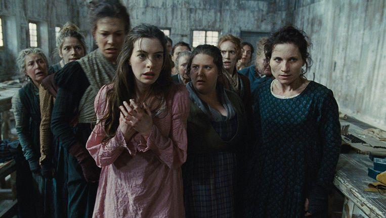 Anne Hathaway (in roze jurk) in Les Misérables. Beeld