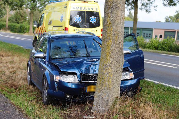 De zwaarbeschadigde auto na het ongeluk bij Gassel..