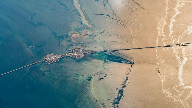 Luchtfoto van de King Fahd Causeway, een snelweg over een dijk met bruggen die Saoedi-Arabië verbindt me de eilandstaat Bahrein, aangelegd door Ballast Nedam in de jaren tachtig. Het is niet bekend of bij dit project sprake is geweest van de door justitie gewraakte praktijken. Beeld Jon Bowles
