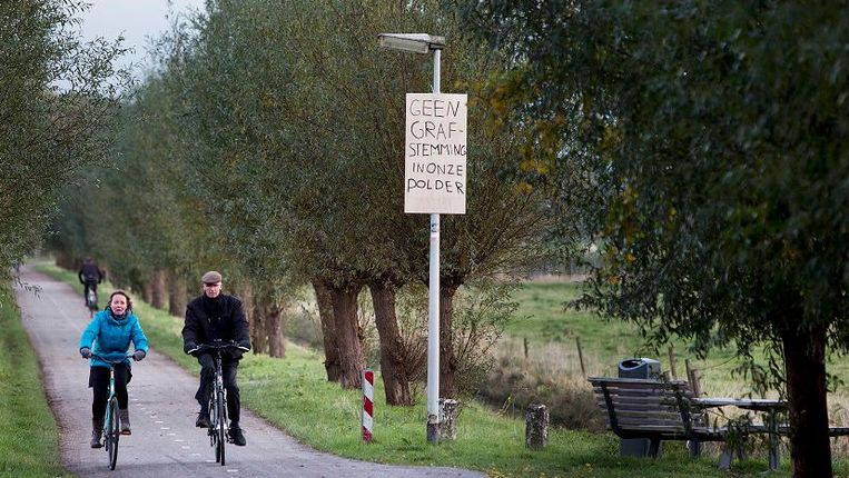 Ook protest in Hoek van Holland: 'Geen grafstemming in onze polder'. Beeld Arie Kievit