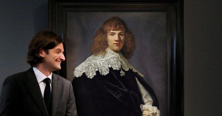 Kunsthandelaar Jan Six bij Portret van een jonge man, in de documentaire Mijn Rembrandt. Beeld