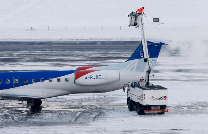 Bij het verwijderen van ijs van vliegtuigen neemt het water ook alle vuil mee.