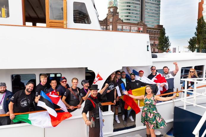 De 24 deelnemers aan het WK Oestersteken bij hun aankomst in Rotterdam.