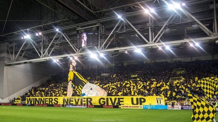 Stadion GelreDome, gevuld met supporters van Vitesse. Hierbij met een spandoelk van clubheld Guram Kashia.
