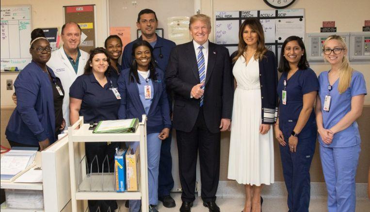 Trump poseert met ziekenhuismedewerkers na de aanslag in Florida.