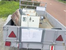 Afgedankte aanhanger met afval naast fietspad in Sleeuwijk gedumpt