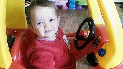 Volgens lijkschouwer verkrachtte hij zijn dochtertje (1) net voor ze stierf, maar nu ontsnapt hij opnieuw aan vervolging