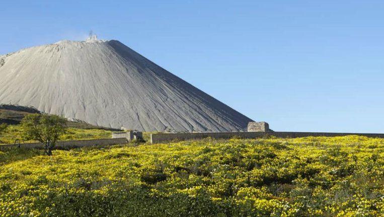 Heuvels van afgewerkte erts blijven achter bij de fosfaatwinning in Marokko. Beeld anp