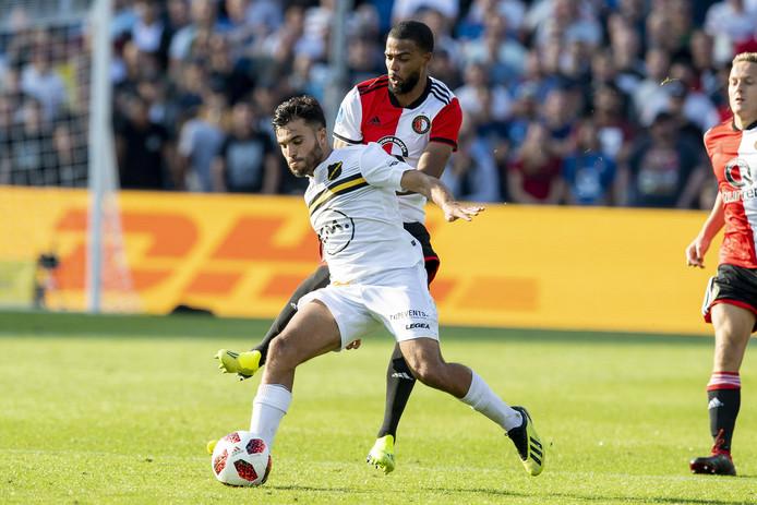 Mounir El Allouchi  schermt de bal af voor Jeremiah St. Juste van Feyenoord.