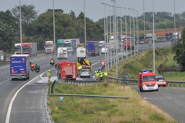 De afrit werd afgesloten omdat de brandweer brokstukken en olie van de weg moet ruimen.