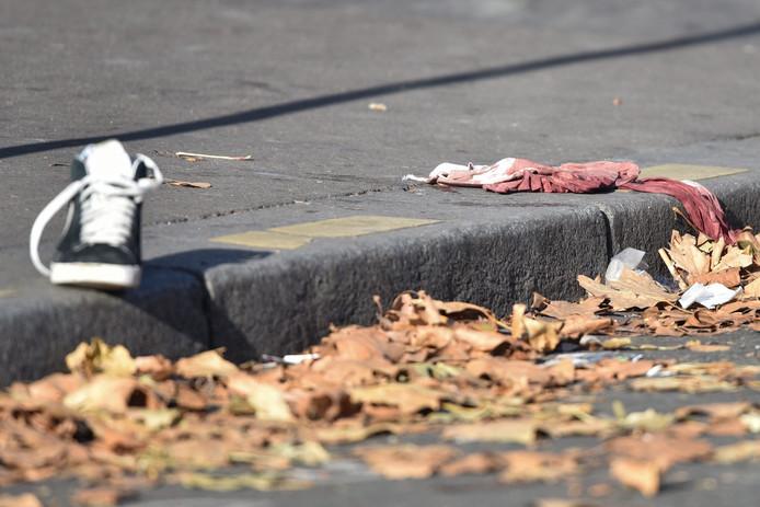 Een schoen en een bebloed stuk kleding zijn stille getuigen van wat zich afspeelde tijdens het concert.