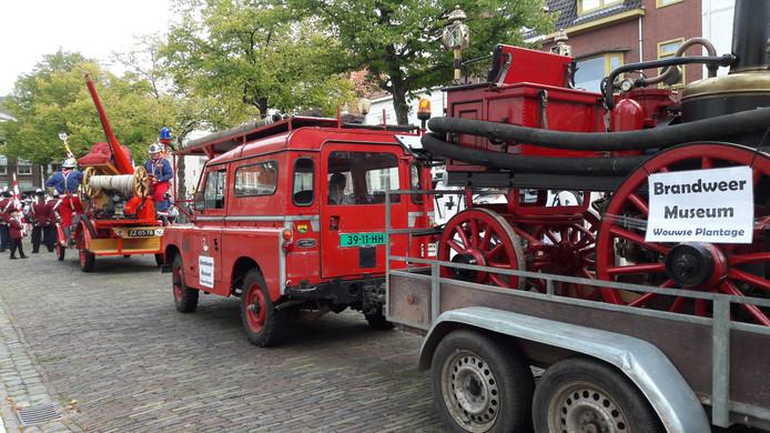 Materieel van het brandweermuseum uit Wouwse Plantage en daarvoor Spuit 11.