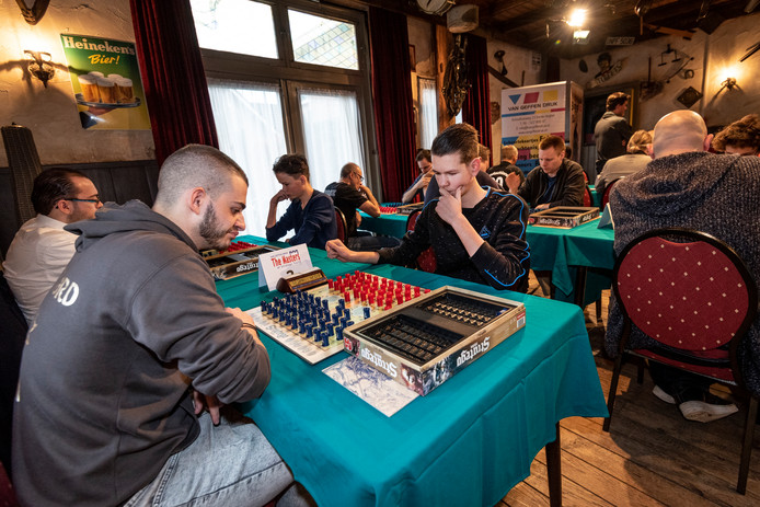 Wereldkampioen John Vandoros (links) uit Griekenland speelt zijn partij tegen Vince van Geffen (midden zwarte trui).