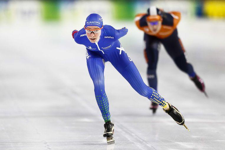 Esmee Visser in actie op de 5000 meter tegen Antoinette de Jong tijdens het Olympisch Kwalificatie Toernooi (OKT) in Thialf. Beeld ANP