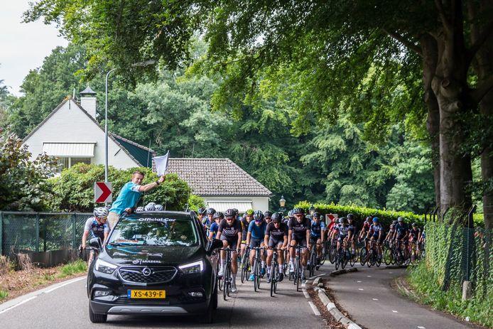 De start van een van de wedstrijden tijdens de Omloop der Zevenheuvelen. Organisator Joost van Wijngaarden geeft met de witte vlag het startsein.