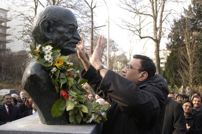 In 2006 werd ook al eens een beeld van Gandhi in Antwerpen onthuld. Dat werd vier jaar later echter uit het Koning Albertpark ontvreemd, allicht door koperdieven.