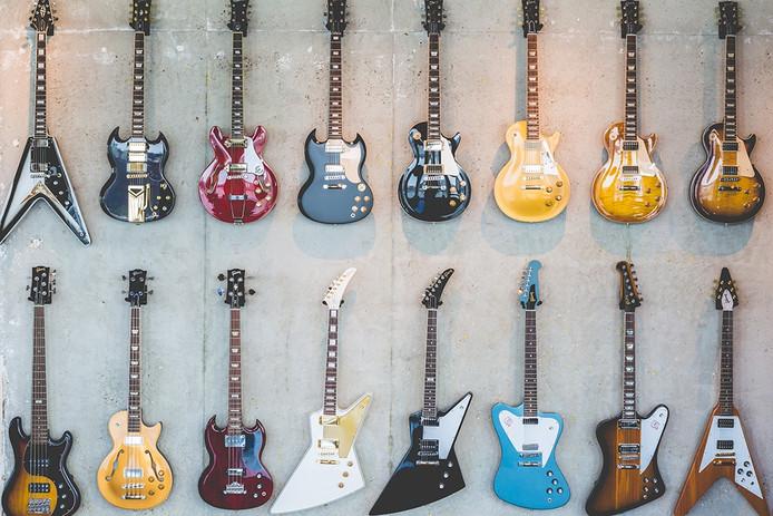 Gibson-gitaren in de nieuwe showroom van het Europese verkoopkantoor.