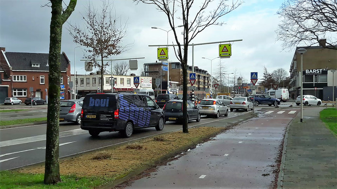 De gemeente trekt 8 ton uit om de rotonde aan de Burgemeester Freijterslaan (foto) en de Beethovenlaan wat veiliger te maken.