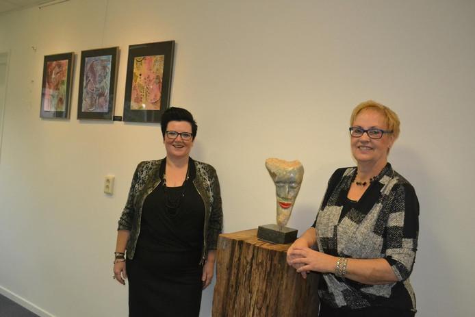 Links Evelien Veld bij haar tekeningen, rechts Lenie Albers.