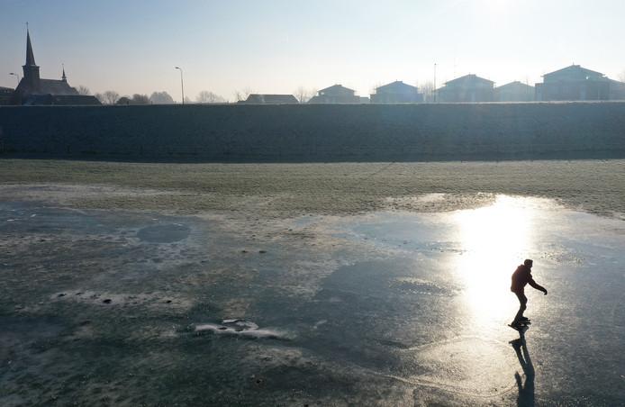 De eerste schaatser op de uiterwaarden in Heteren.