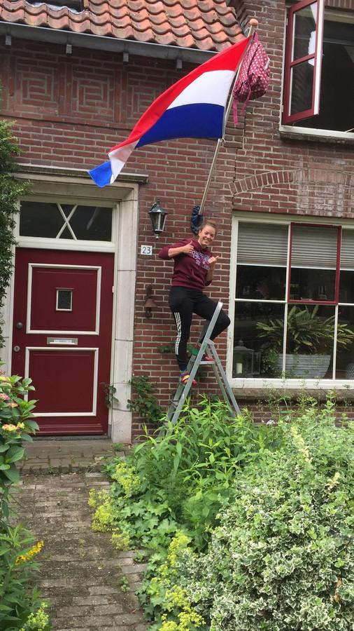 Wietske Louwers uit Uden hangt de vlag uit: ze is geslaagd.