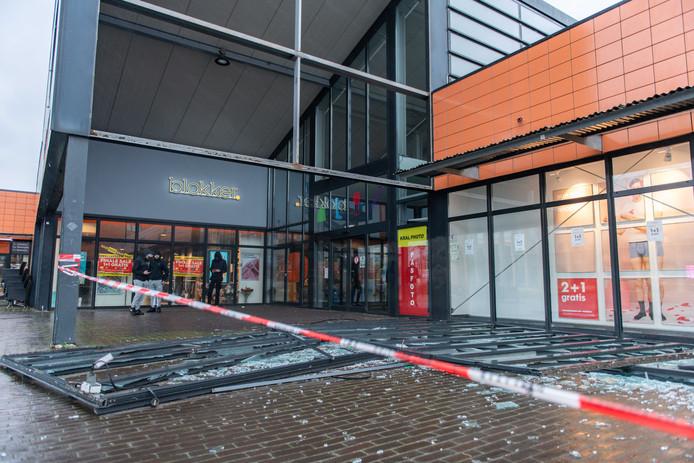 De pui bij winkelcentrum de Hooge Meeren in Hoogezand is uit de gevel gewaaid. Storm Ciara is de eerste storm in Nederland. ANP VENEMA MEDIA
