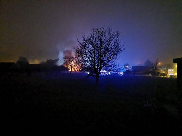 De schade is nu al aanzienlijk, de brandweer is nog steeds in de weer met blussen.