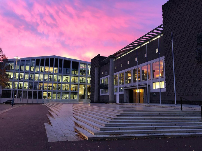 Roze lucht boven het provinciehuis in Arnhem