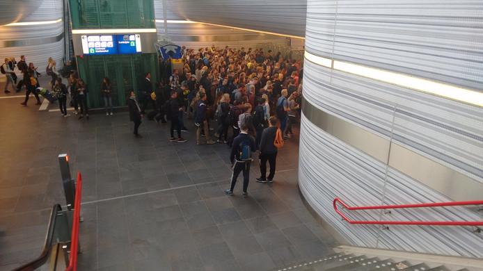 Drukte bij de poortjes op het station in Zwolle.